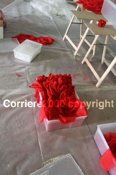 Le rose di stoffa che andranno ad abbellire Fiore del cielo