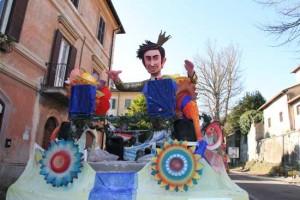 <p>Il carro di Carnevale dedicato a Mengoni</p>