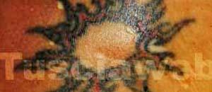 <br /> Il sole tatuato sul corpo della donna ritrovata morta nel lago di Como