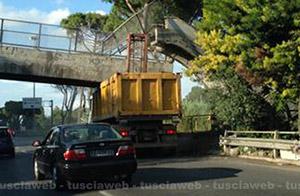 Il ponte pedonale crollato sulla Flaminia